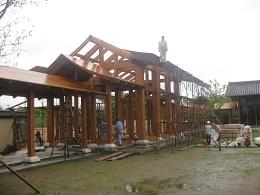 あいにくの雨の中、工事は進む。われわれが帰る頃には、屋根の板は打ち終わっていた。