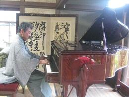 グランドピアノの向こうに聿庵の屏風