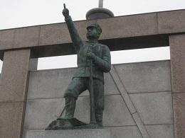 周辺には篠路兵村関連の記念碑が建つ
