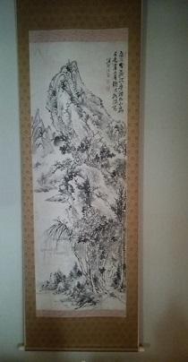 石村代表の曽祖父・島村淡山作の山水図二幅。山口県上関町の旧家「吉田邸」を移築した建物に掛かる
