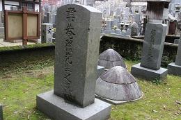 聿庵の碑と土饅頭。後ろの土饅頭は頼古梅。