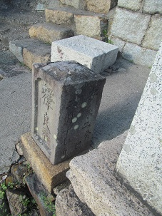 広江一家の墓左端にある墓。     殿峯のお妾さんとの説が?!