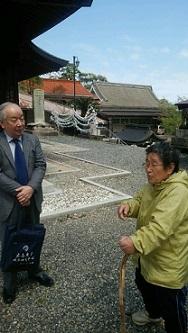 ネットワーク顧問の頼祺一先生と高津神社前宮司の奥様 石見の海のごみに憤慨しておられる 杖に注目