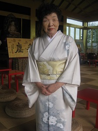 正装の石村良子代表