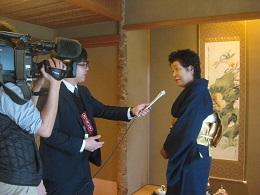 インタビューを受ける         「頼山陽ネットワーク」石村良子代表。