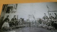 竹原戦前の演奏写真 真ん中は甲冑