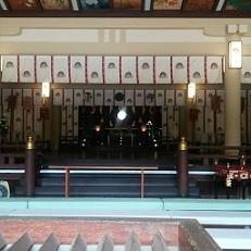 湊川神社拝殿(墓地にある楠公社)