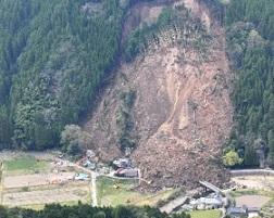 4月11日耶馬渓町金吉の土砂崩れ現場。現在も救出作業が続いている。