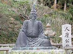 境内にある人麻呂の像