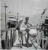 小用港(広島県江田島市)で  赤ちゃんを抱く女性