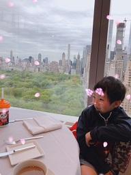座り方もニューヨーカー風