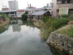 川の石積みは川下にやや突き出ている。洪水の被害を最小限に抑える配慮である。