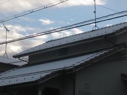 ご近所のお宅の屋根にも雪。