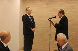 橋本宗利氏(頼山陽記念文化財団会長)から表彰状を受け取る齊藤裕志氏(写真左)