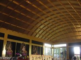 お堂の天井には金箔がはられている。    総工費は10億円以上とか。