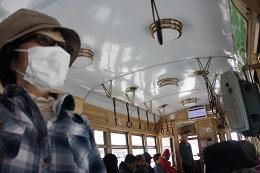 かなりあやしい装いで、路面電車に体験乗車