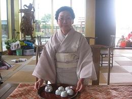 石村代表以下煎茶道「三癸亭賣茶流」   7名でお茶会の準備