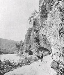 明治期の青の洞門。軍用道路として拡張後と思われ、人力車の姿もある。