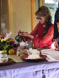 林夫人潤子さんが参加者にお煎茶