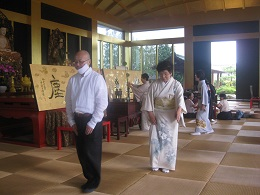 歩き方を教わる学僧の殷さん