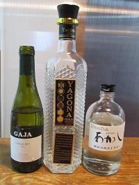 左のワインのハーフボトルはネットで16,000円とか。だから描きたかったということはある。もちろんいただきものですよ。
