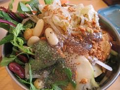 ボ一ルに入った生野菜サラダ