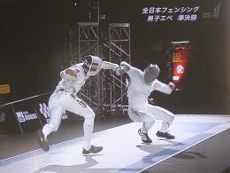 果敢に攻める見延選手(左)