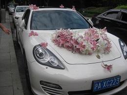 新婚旅行用の車らしい。
