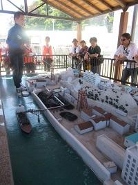 軍艦島の模型をみながら解説