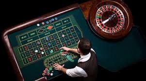 カジノでチップを賭ける風景