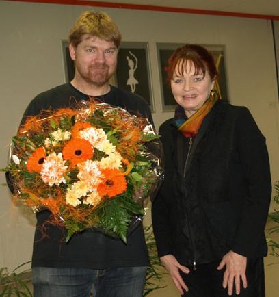 VHS-Leiterin Petra Hüser dankte dem Gast aus Stolpe mit Blumen