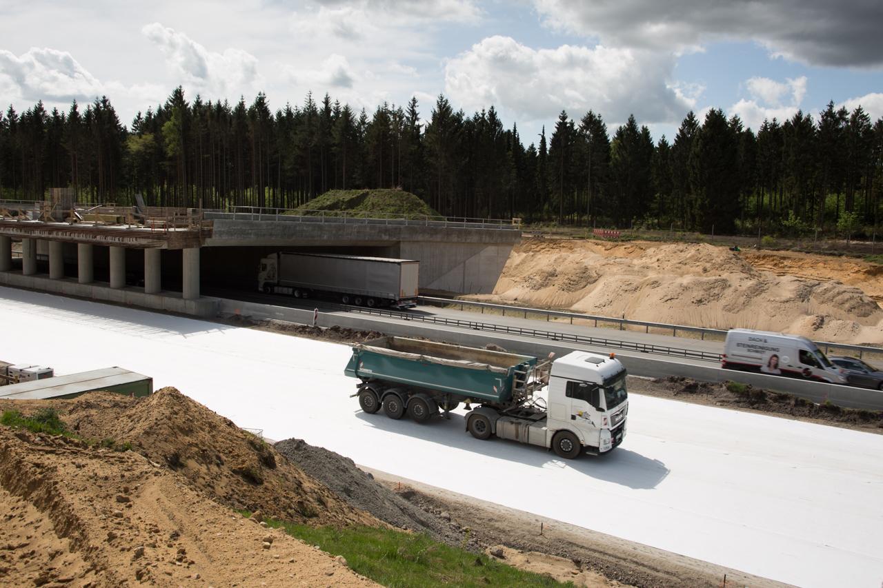 Diese Seite der Grünbrücke kann erst weitergebaut werden, sobald die Betonfahrbahn fertig ist.