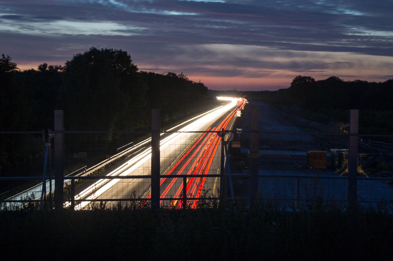 Die Lichter der Autos erleuchten die Umgebung.
