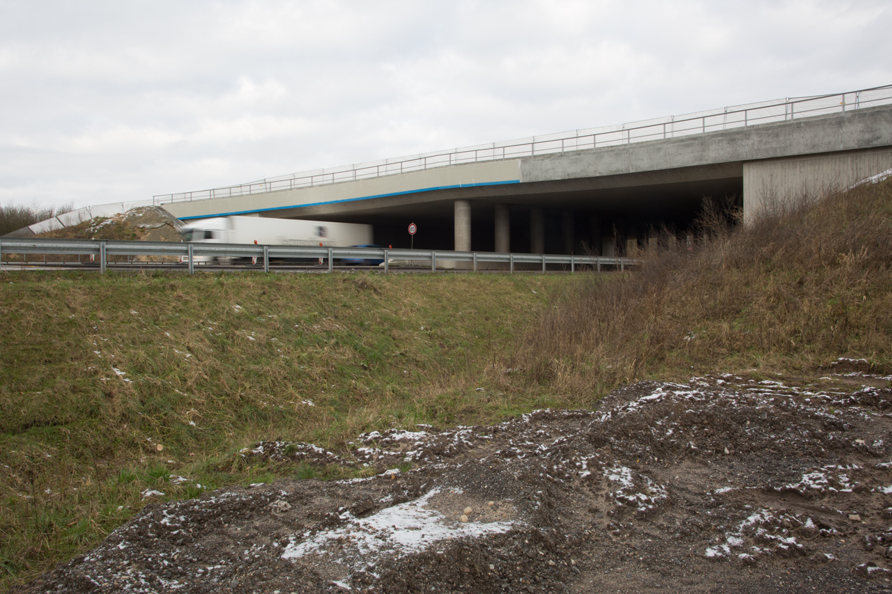 Blick auf die Grünbrücke beim Rastplatz Brokenlande.