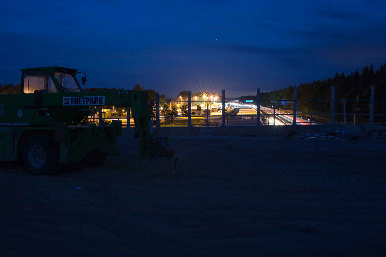 Die Raststätte Brokenlande leuchtet bis auf die Brücke herüber.