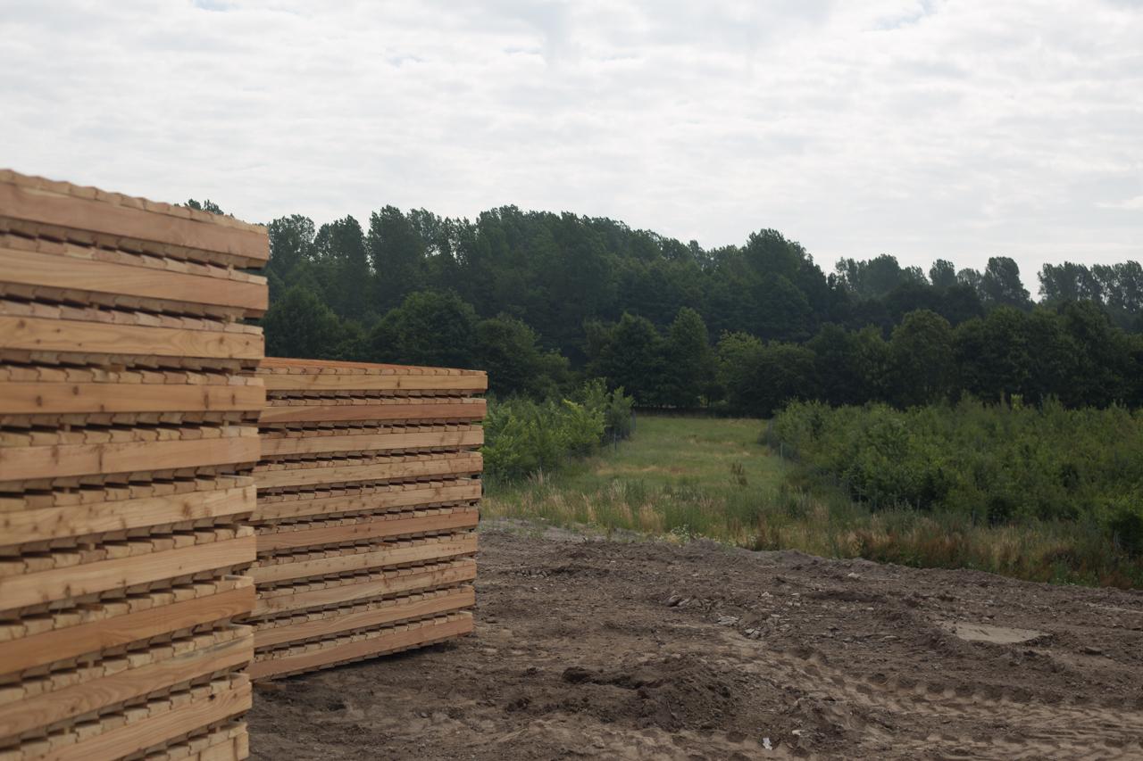 Die Holzteile für die Zäune werden montiert.
