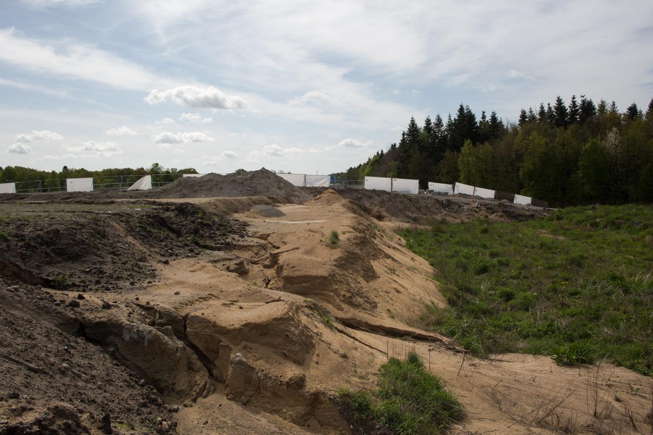 Der Übergang zur umgebenden Landschaft ist noch nicht geschafft. Dadurch sieht man hier sehr schön die unterschiedlichen Schichten der Aufschüttung.