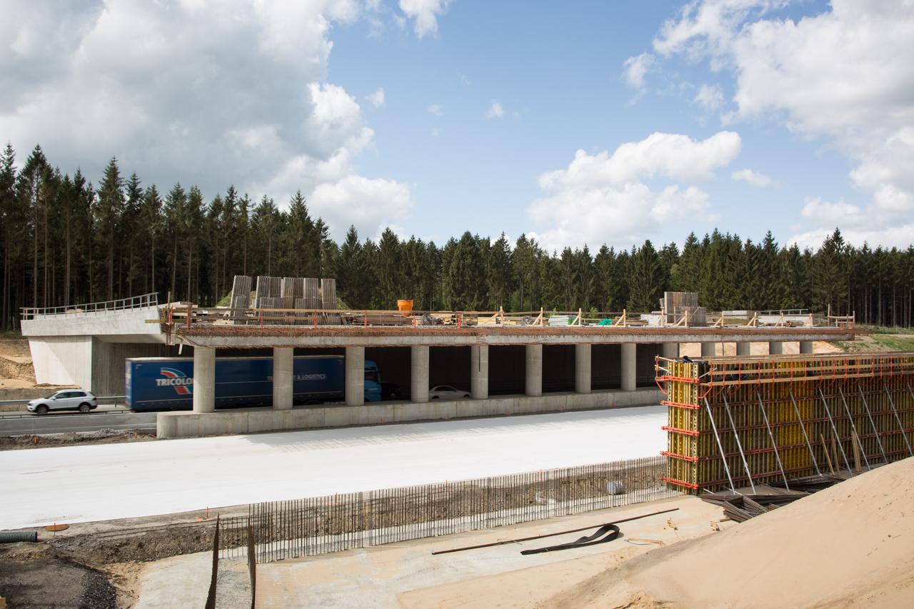 Rechts ist das unfertige Lager zu sehen, auf dem die Grünbrücke später fest aufliegen wird.