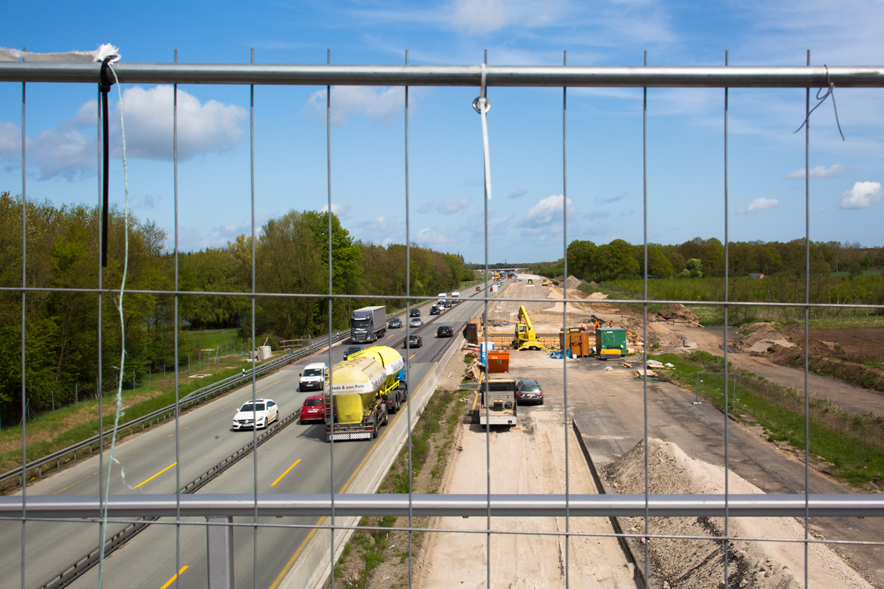 Ein Blick auf die untenliegende Baustelle für den A7-Ausbau.