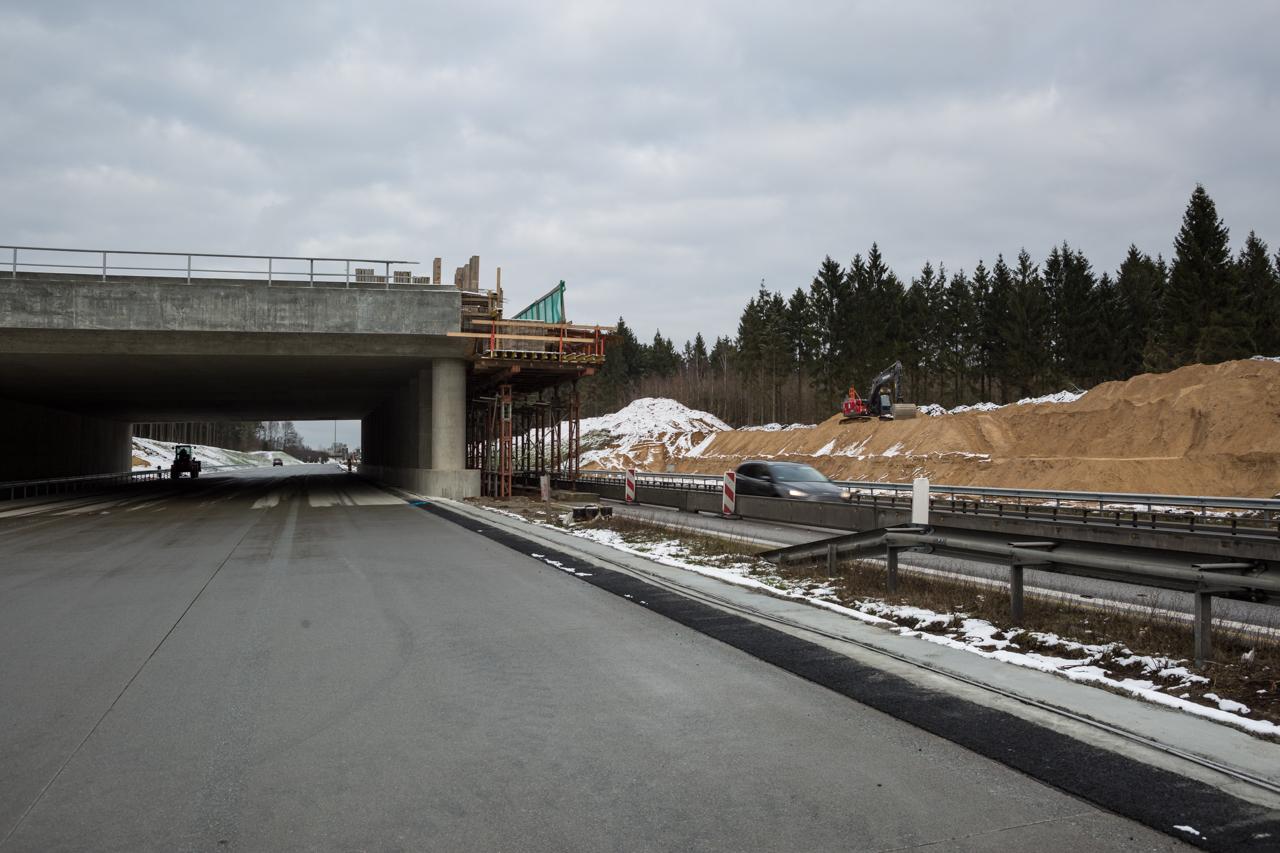 Die Brücke wird bei laufendem Verkehr gebaut. Nachdem die erste Seite fertiggestellt ist, wird der Verkehr auf die andere Seite verlegt.