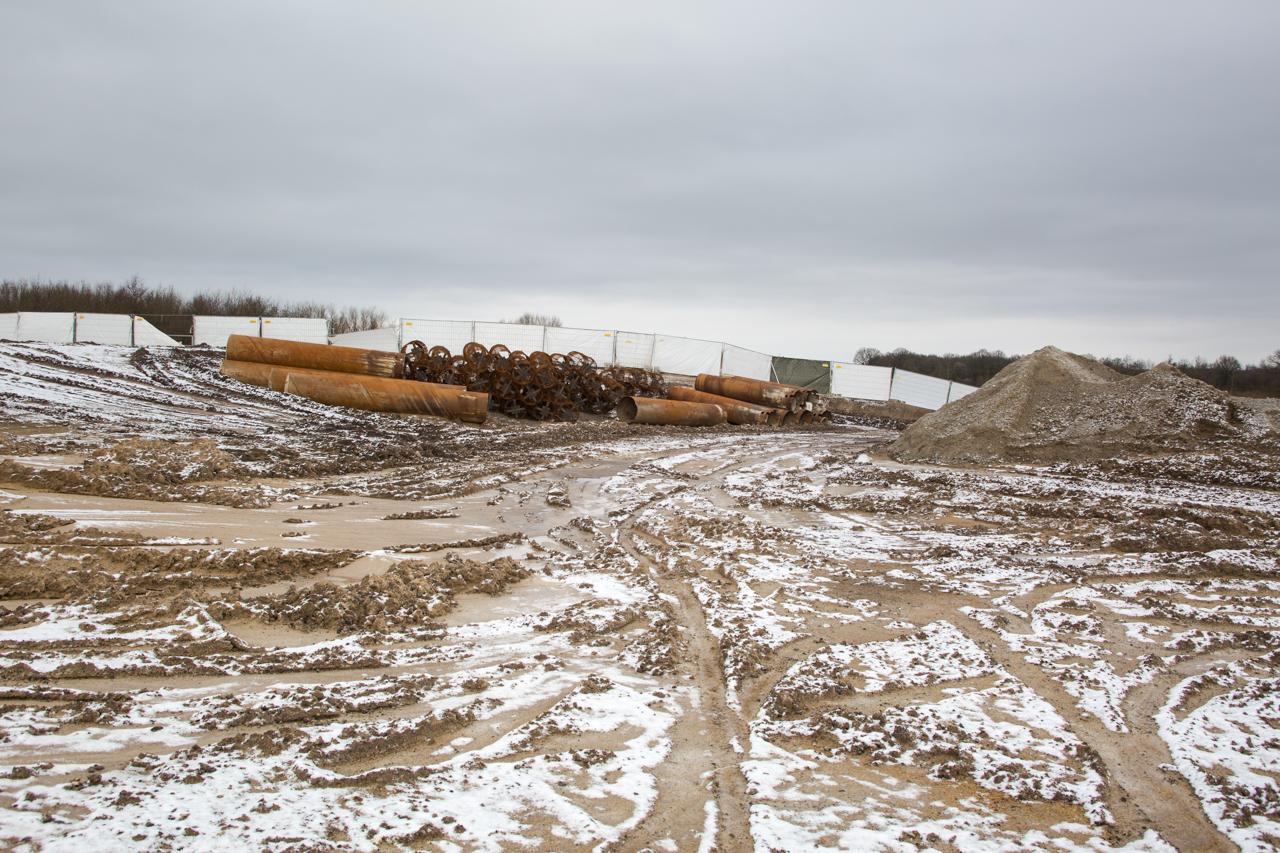 Die weißen Bauzäune sind nur provisorisch. Bald werden Löcher für richtige Zaunpfähle gebohrt werden.