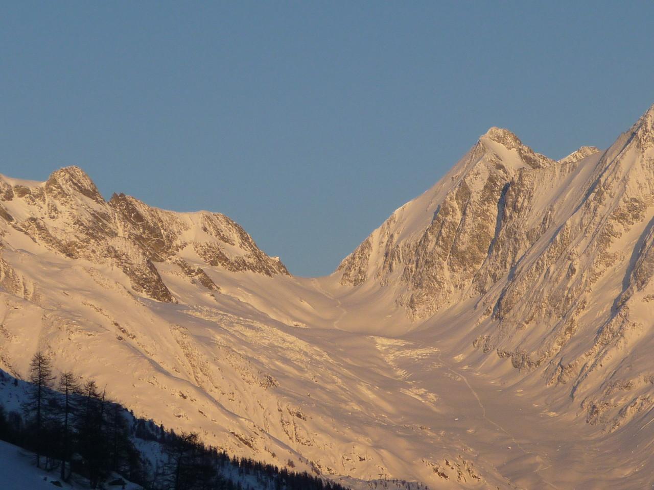 Die Lötschenlücke ist ein stark vergletscherter Gebirgspass in den Berner Alpen, dessen Höhe rund 3'170 m beträgt.
