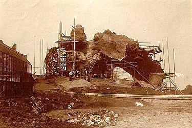 Die Felsen im Tierpark gestaltete der Schweizer Bildhauer Urs Eggenschwyler. Zunächst wurde ein Holzgerüst errichtet, dann wurde es mit einem riesigen Drahtnetz überspannt und mit Zement übergossen.
