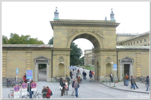 Das Hofgartentor am Odeonsplatz