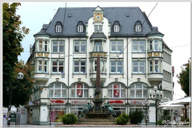 Der Angerbrunnen vor dem Gebäude des Angers 39-40, welches in der Nerenaissance 1899 entstand