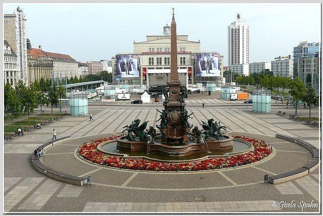 Augustusplatz mit Mendebrunnen und Opernhaus