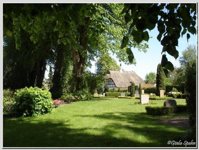 Sieseby: Friedhof mit Lindenallee
