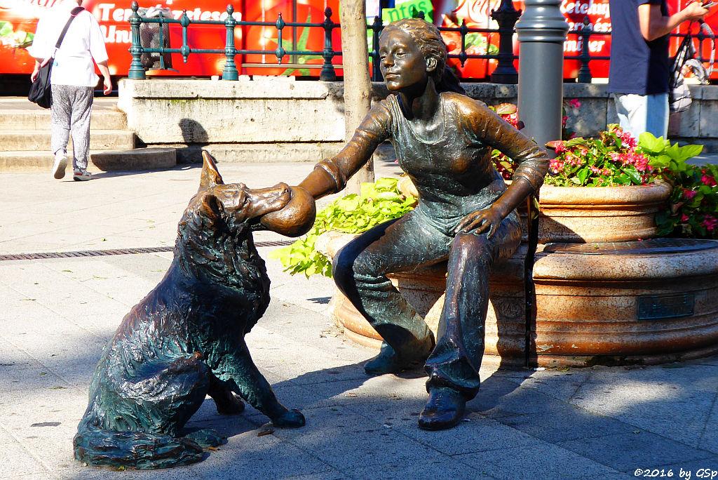 Maedchen mit Hund Statue