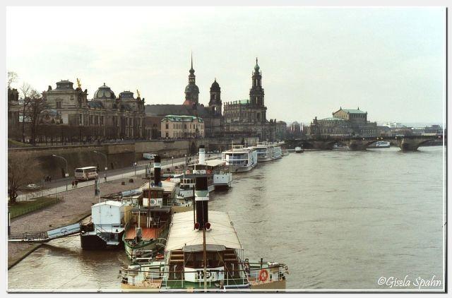 Elbe mit Blick auf Brühlsche Terrasse, Residenzschloss, Kathedrale und Semperoper