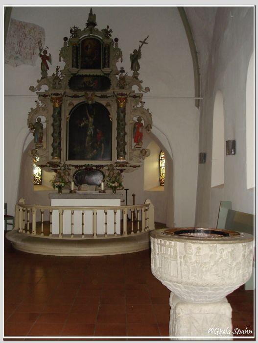 In der Nikolaikirche in Eckernförde: Altar und Taufbecken